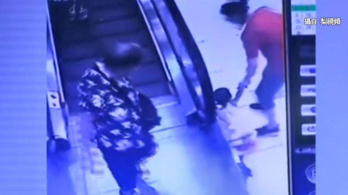 嬤逛商場疑沒注意 1歲孫左手捲入手扶梯