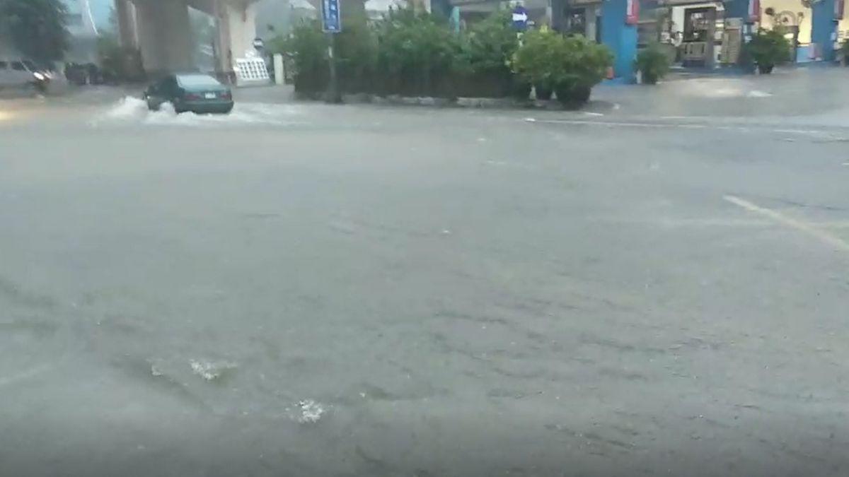 基隆還在淹!雨彈爆擊馬路成汪洋 騎士牽車水中行