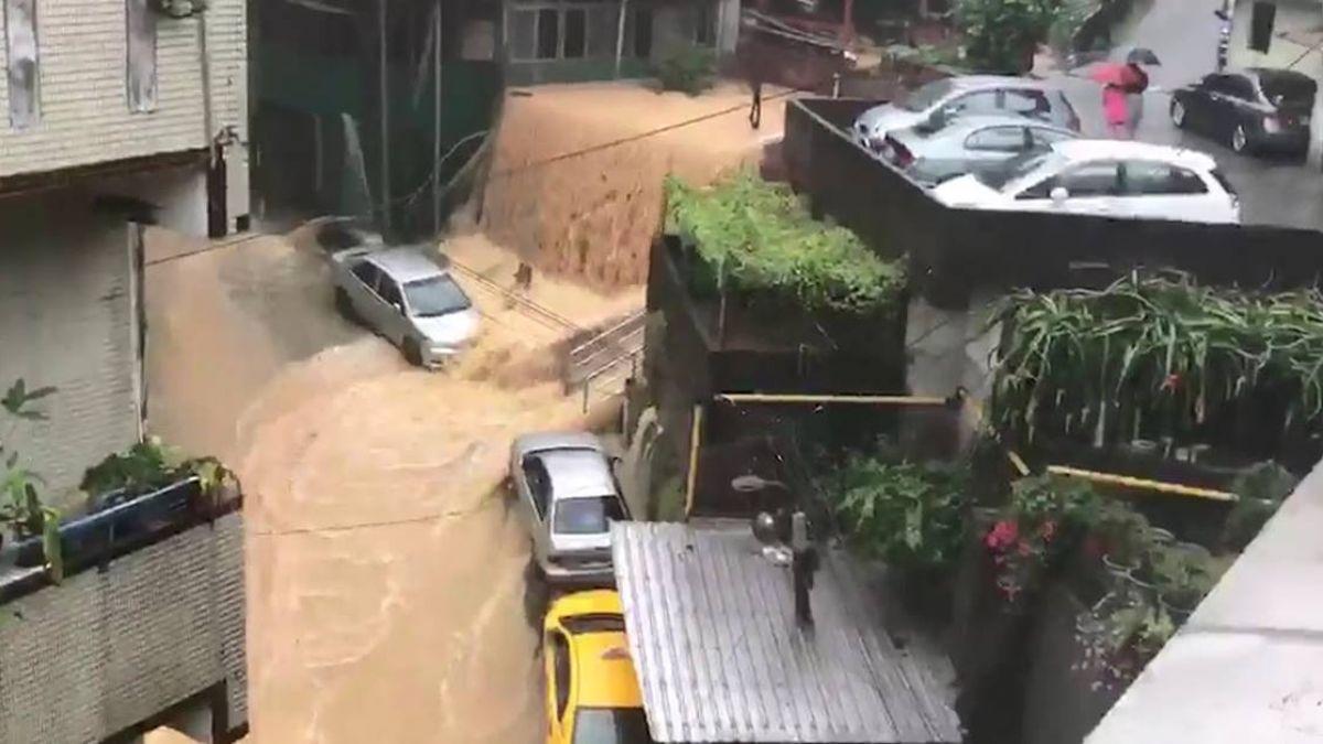 暴雨炸基隆!這些地方積水嚴重 水淹進民宅…住戶超無奈