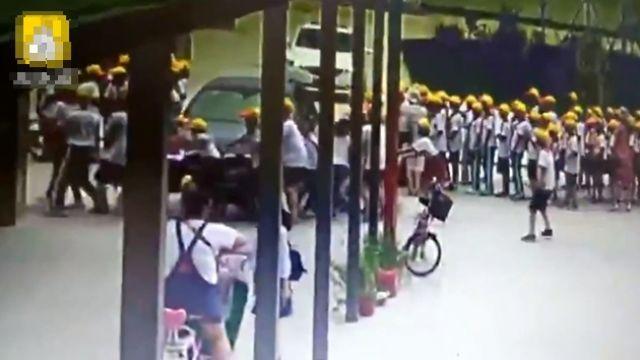 女老師BMW停門口…突衝進人牆!學生「保齡球式」全倒
