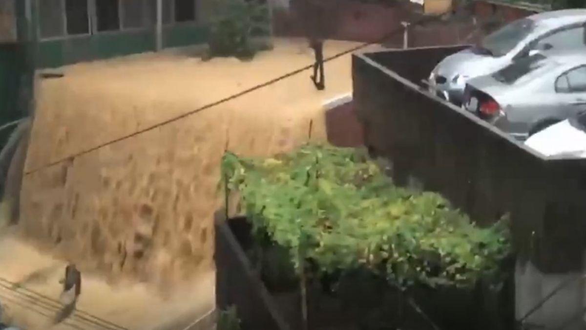 山坡地建築高低落差大 強降雨沖刷出泥流瀑布