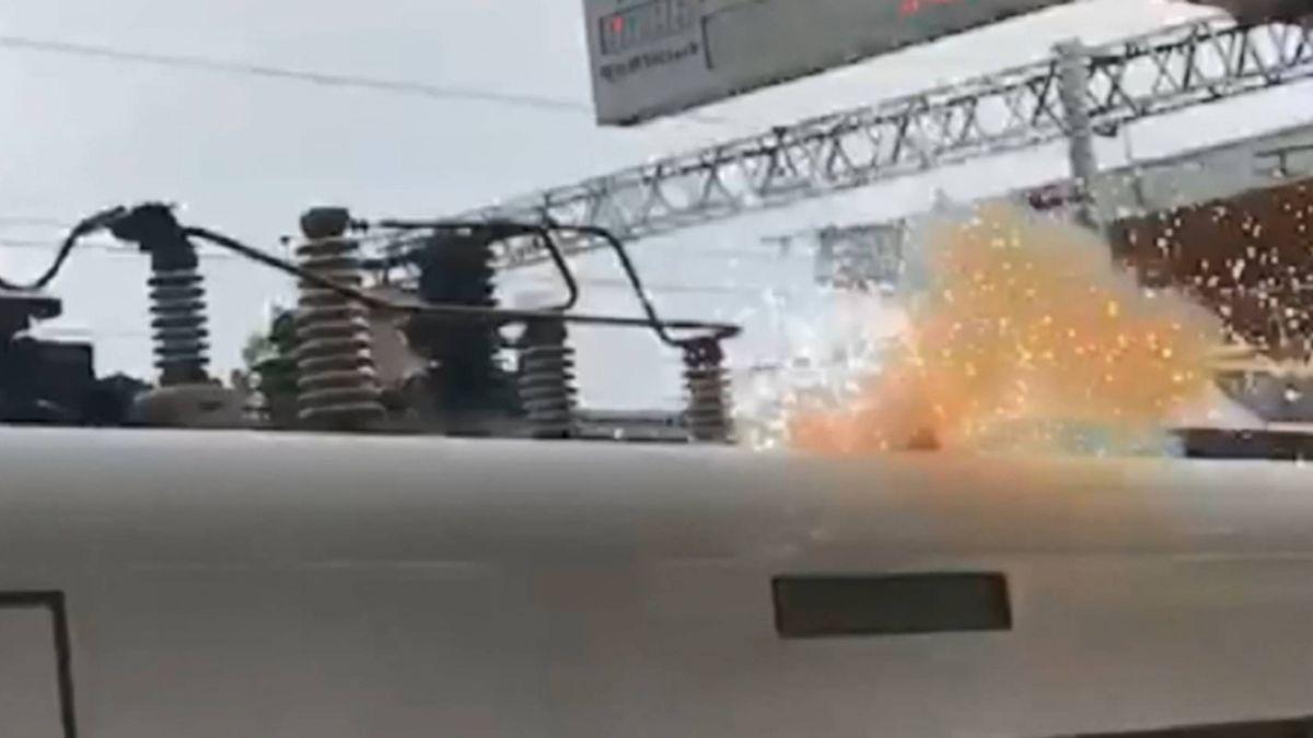 集電弓扯斷玉里站電線 太魯閣號爆火花