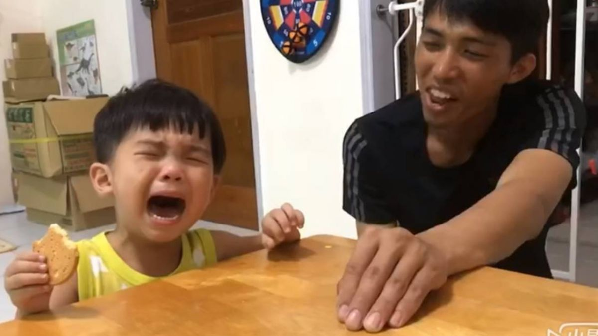 賊爸出老千!3歲萌娃倒桌大哭「我不吃餅乾了啦~」