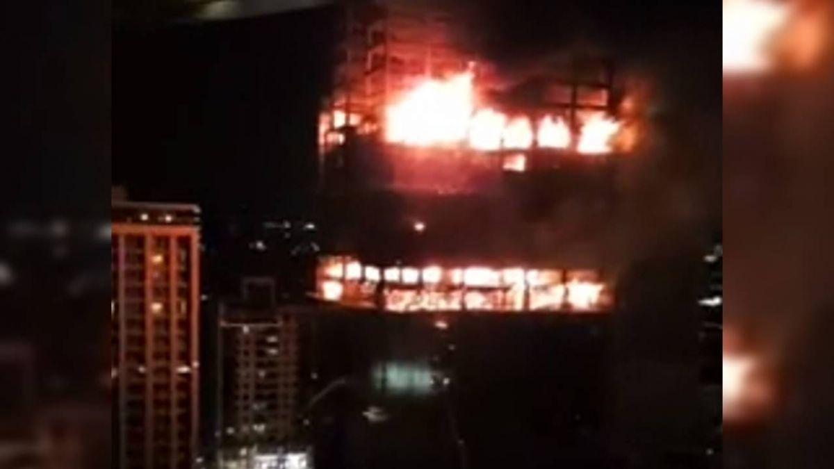 【更新】新莊大樓大火仍無法控制!恐樓層坍塌 消防員退出火場