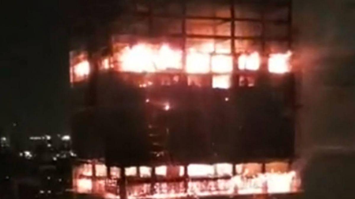 新莊驚傳火警!24樓工地冒大火 15樓以上全燒 所幸無人受困