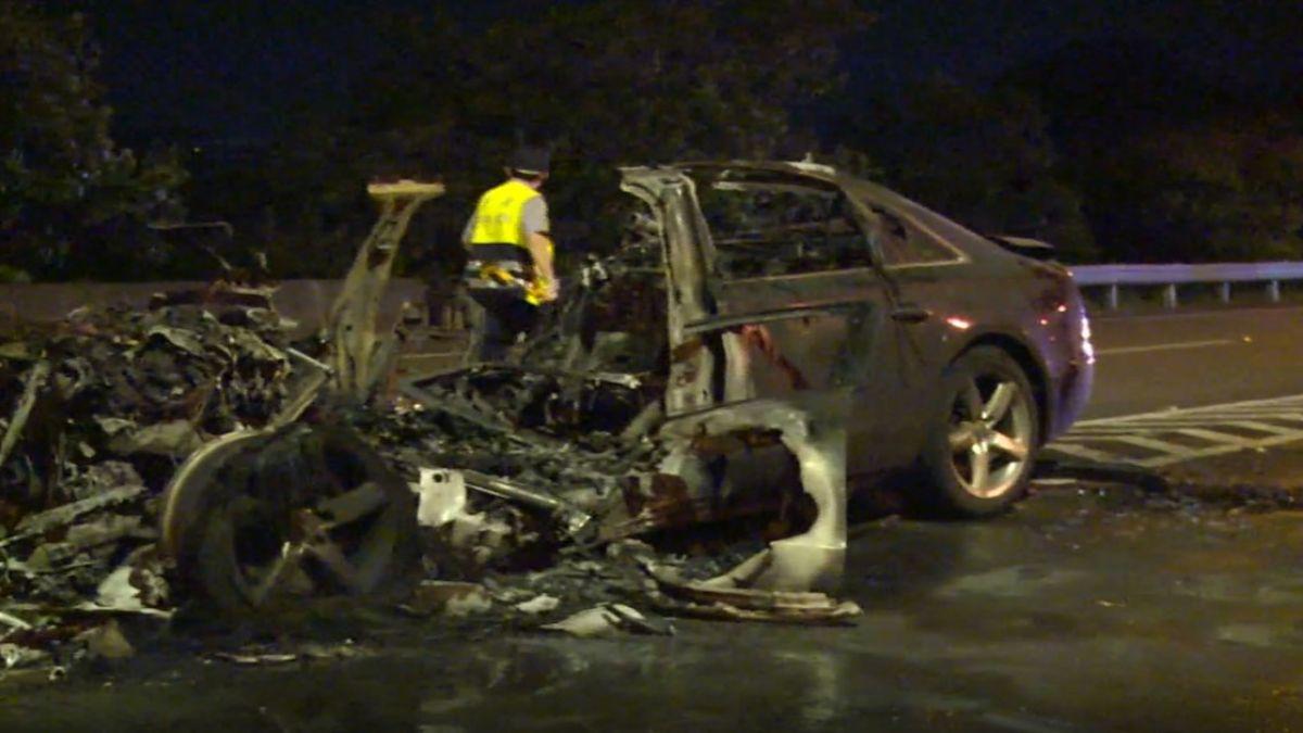 國道驚傳火燒車!400萬名車自撞燒成廢鐵 駕駛輕傷