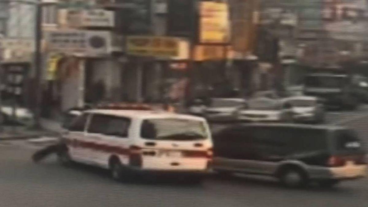 救護車急送倒老人卻慘遭小貨車撞!駕駛:恍神又看手機
