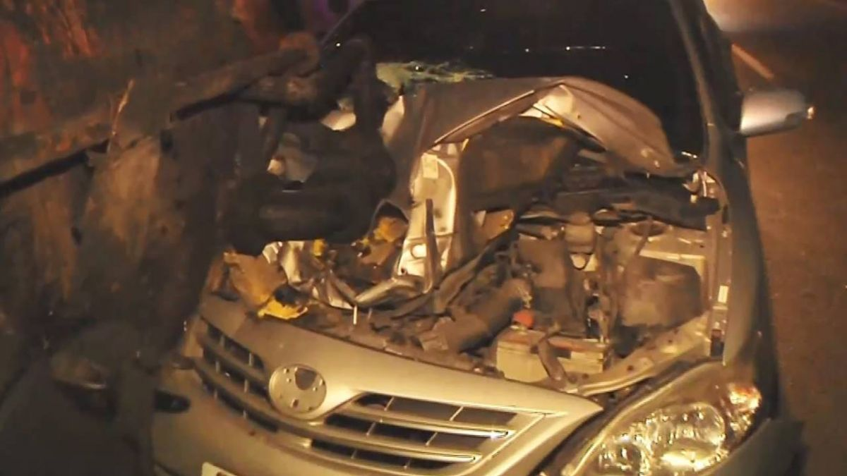 油罐車閃掉落鋼條翻覆 後車閃不及追撞