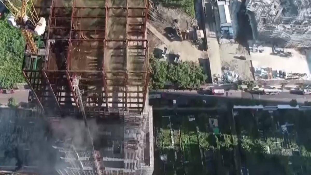 豪宅工地大火! 灰燼覆蓋停車場 轎車遭燒融