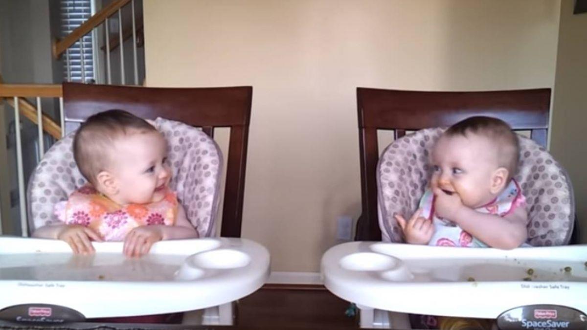 雙胞胎聽爸吉他「相視燦笑」!1年後萌娃神反應 170萬人笑翻