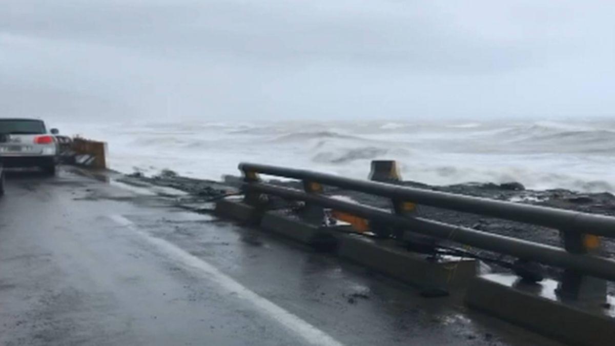 大浪夾石塊沖富岡漁港 休旅車被打凹