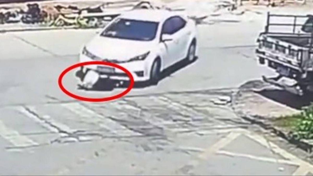 過馬路繫鞋帶遭「捲入車底」…警判司機負全責 網怒:超倒霉