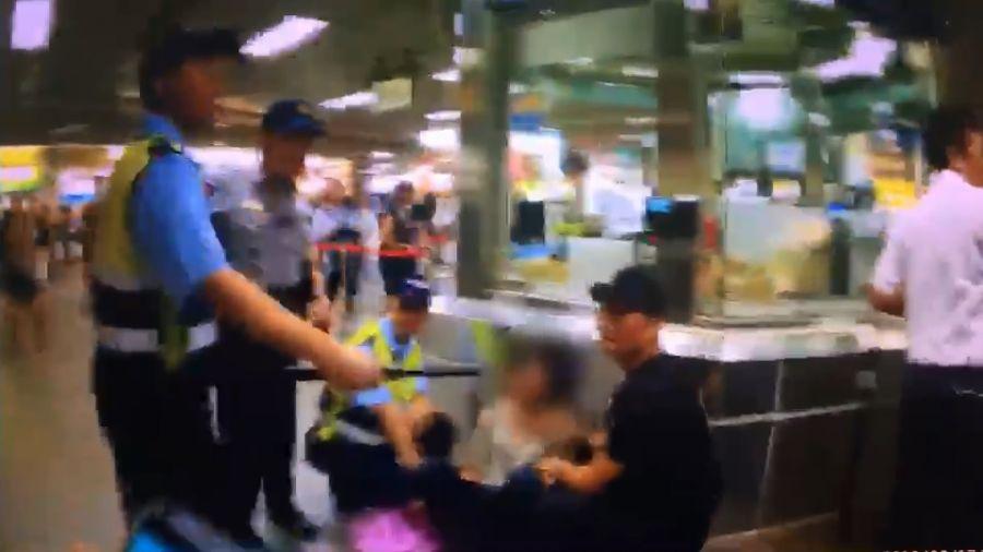喋血畫面曝光!北車捷運站砍人 女子胸口遭劃15公分刀傷