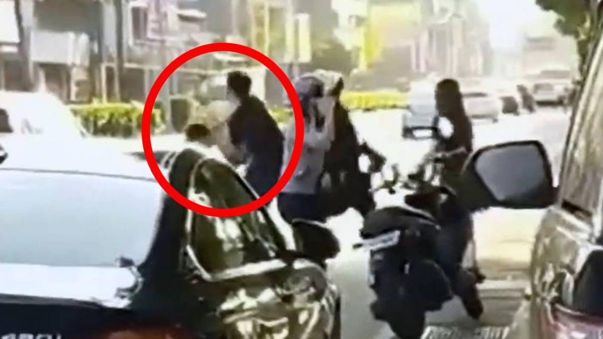 倒車險撞人!2男暴怒嗆「沒撞到公X小」再踹胸…警察未到先逃