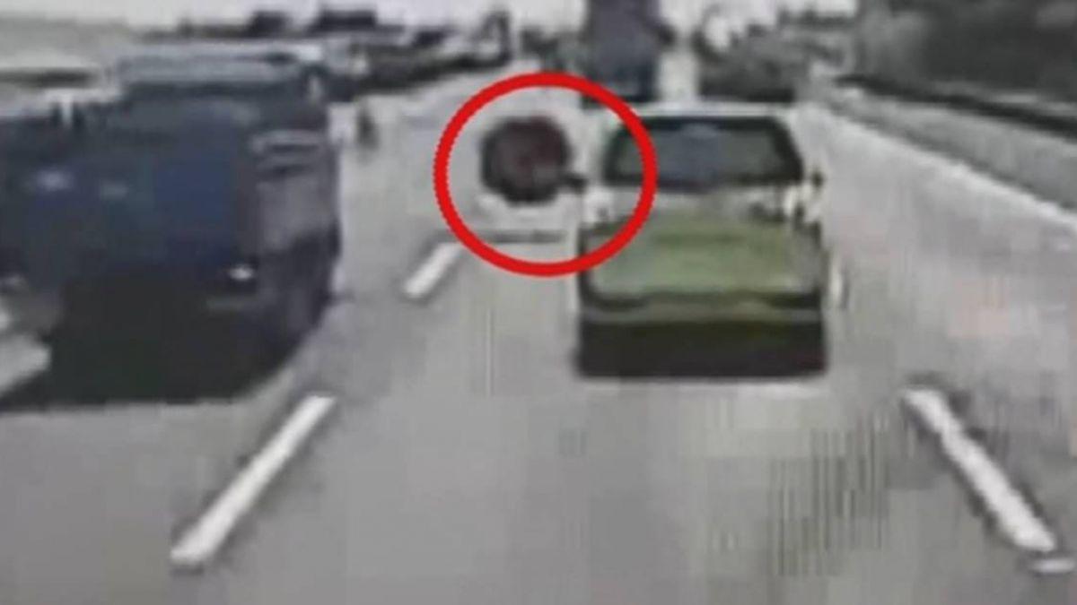 槽車開了一半…輪胎竟然掉了!後方小車急閃仍遭擊中