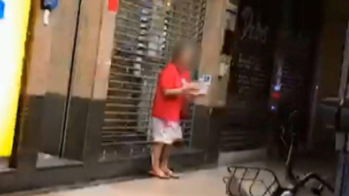 老母站鬧區行乞 兩兒冷眼緊盯、玩手機等收錢