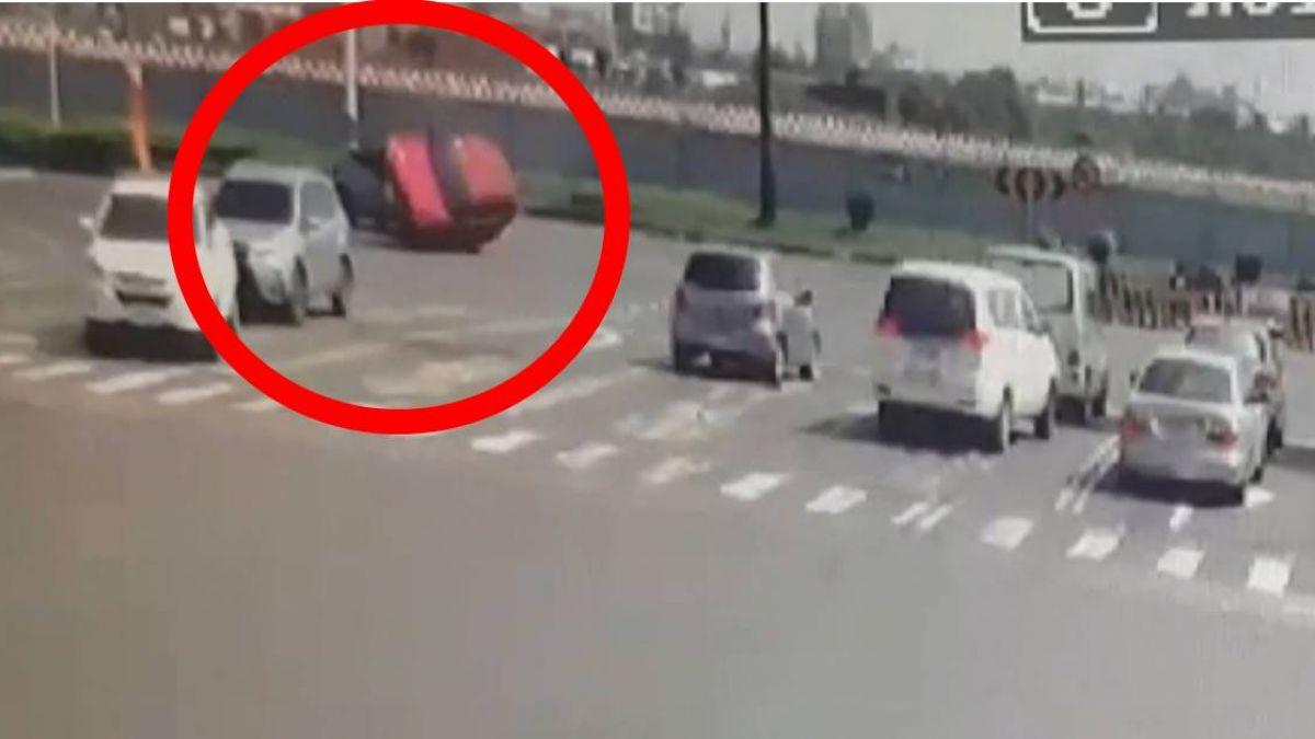 違規迴轉!紅色轎車遭對向直行攔腰撞翻車
