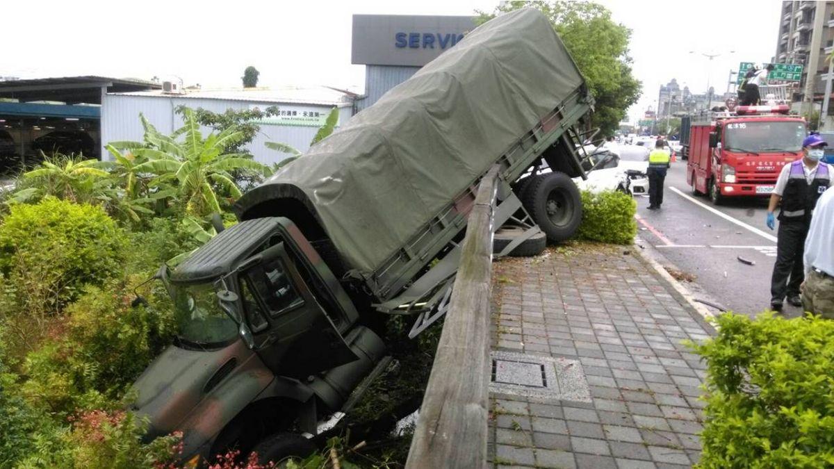 桃園軍用車擦撞自小客車  3士兵輕傷送醫