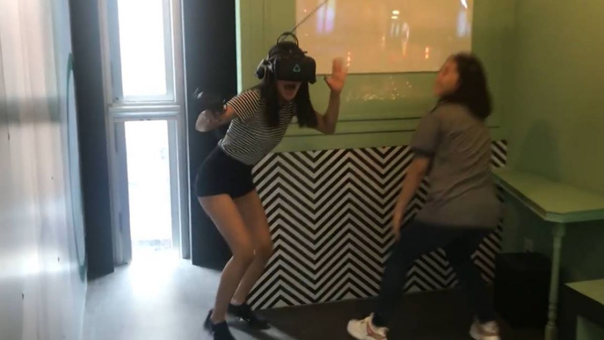 一點都不怕!姐弟玩VR嘴硬嫌無聊 下秒竟嚇到鬼叫躲牆角