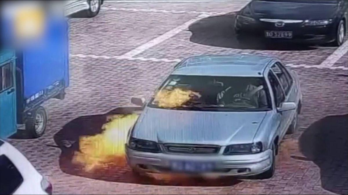 火影忍者4ni?車子自燃起火 駕駛下車用嘴狂吹 網:太搞笑