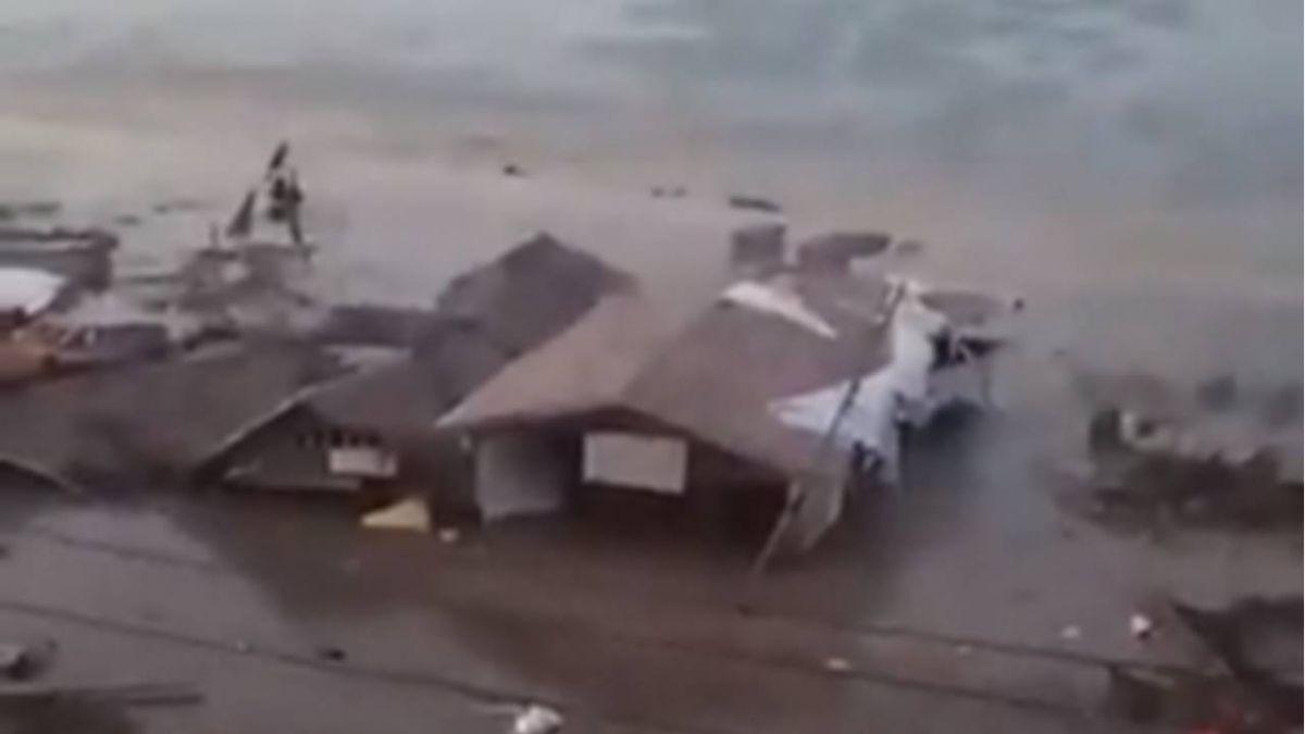 印尼強震後引發海嘯!水淹民宅船打上岸 居民哭逃生