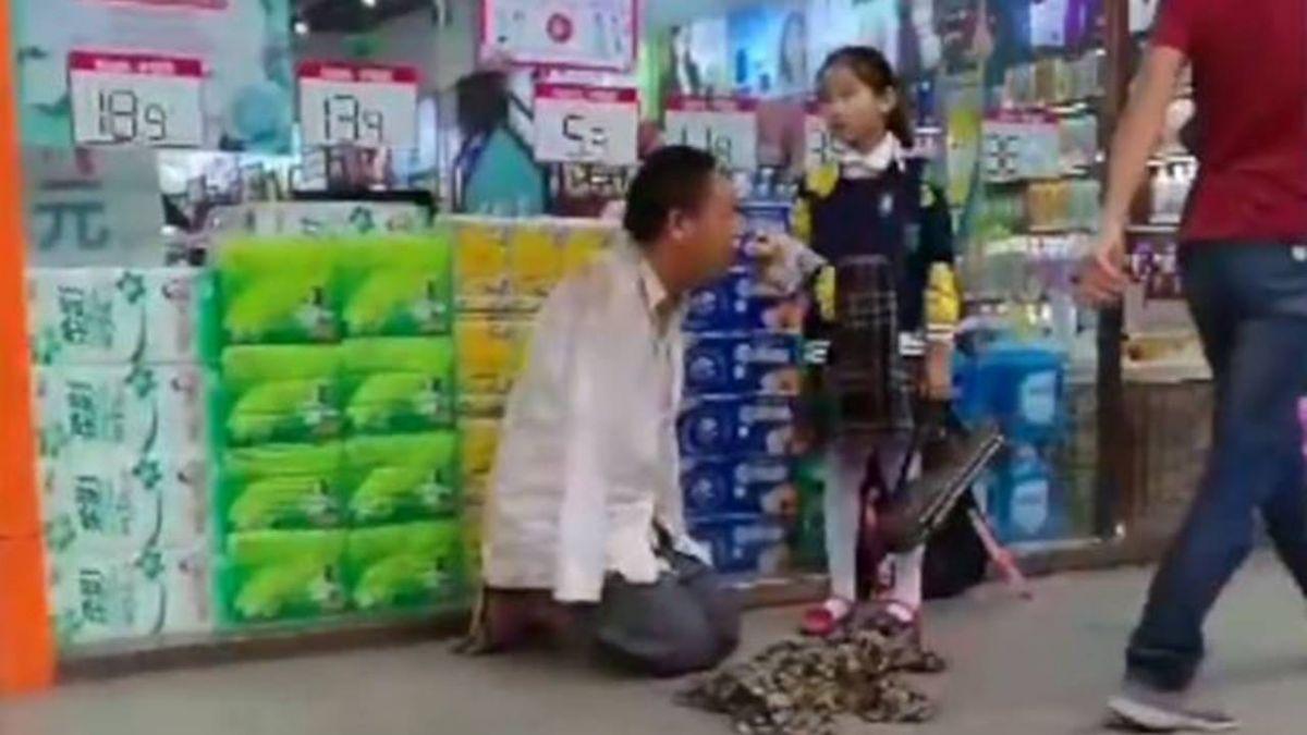 餵「無臂流浪漢」吃麵包 天使女童被讚爆!她:很怕但想幫叔叔