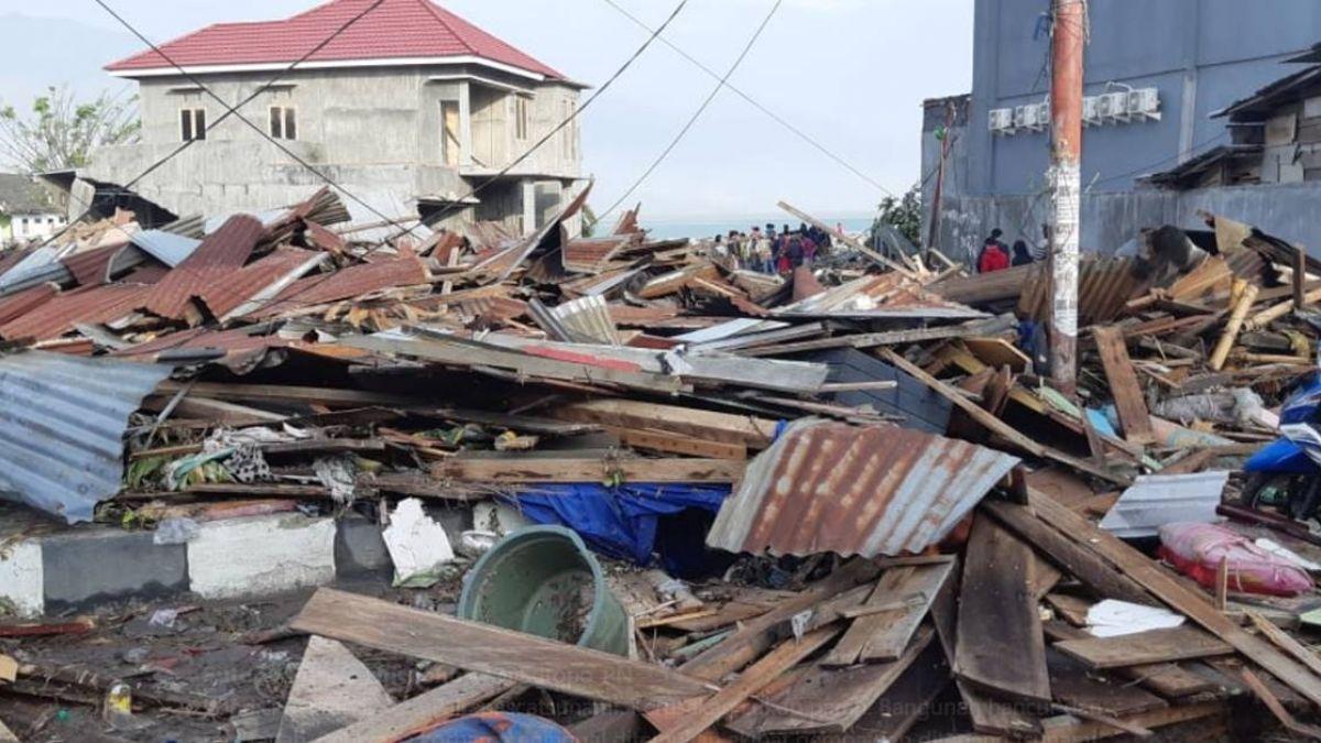 海嘯掀3米巨浪毀市區!印尼7.5強震釀30死 橫屍遍野如煉獄