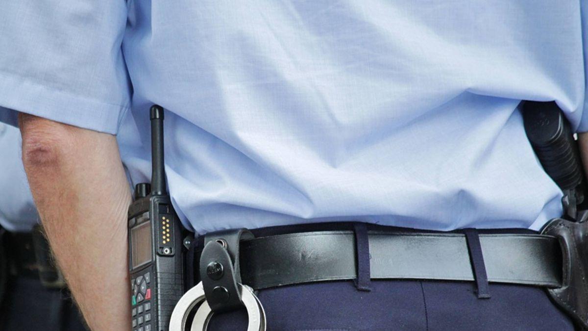 疑不滿被強制送醫 女子砸警車遭送法辦