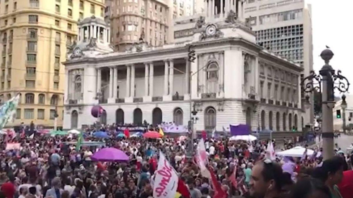 巴西女性上街反右翼總統候選人 巴黎等地響應