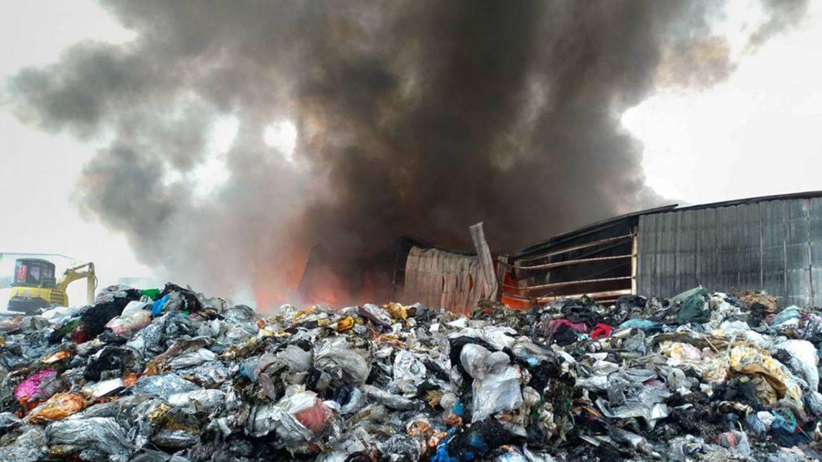 高市回收場大火延燒逾7小時  造成空污挨罰