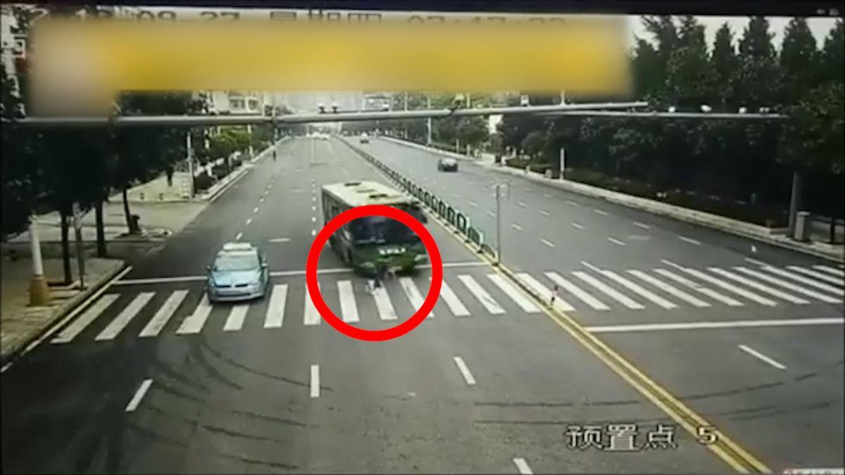 不怕死!女子和公車搶快遭撞 翻滾數圈後捲進車底 當場輾斃