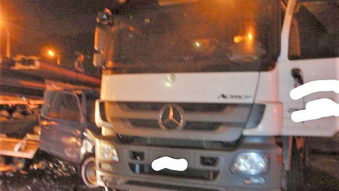 國道拖板車自撞甩出H鋼條  波及3車釀4傷