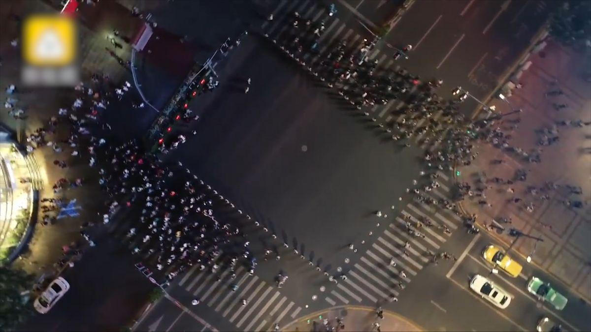 超壯觀!阻闖紅燈再進化 上海武警「拉鍊式」人牆超吸睛