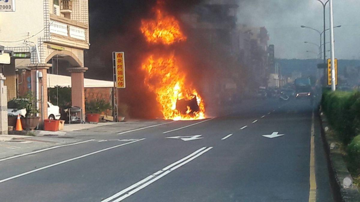 恆春驚傳火燒車!烈焰直竄2層樓高 車輛只剩焦黑殘骸