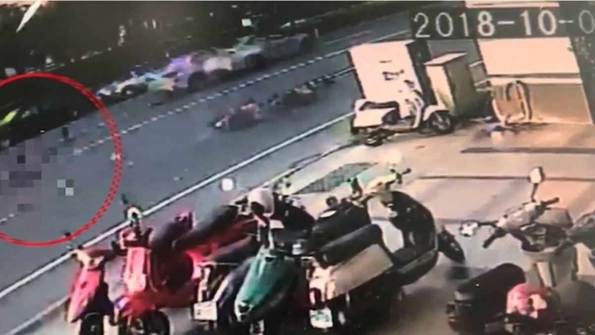 騎士逆向斜行過馬路 遭自小客撞飛20公尺外