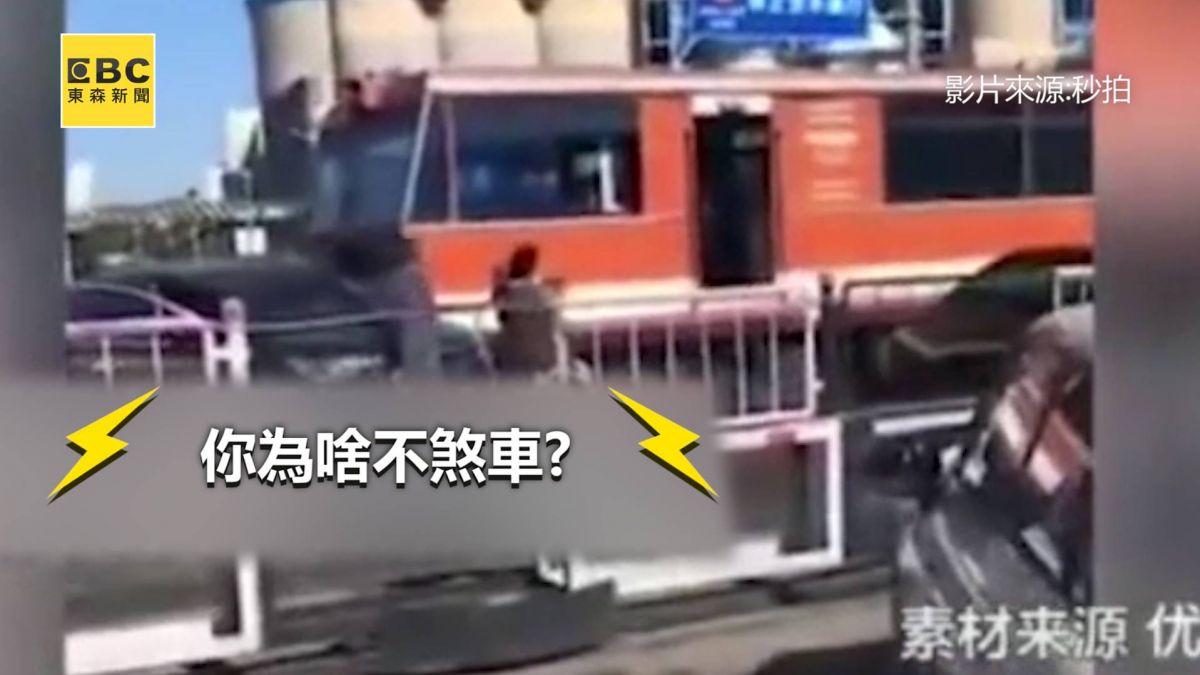 有夠瞎!三寶硬闖鐵軌被火車撞 駕駛嗆:為啥不煞車?