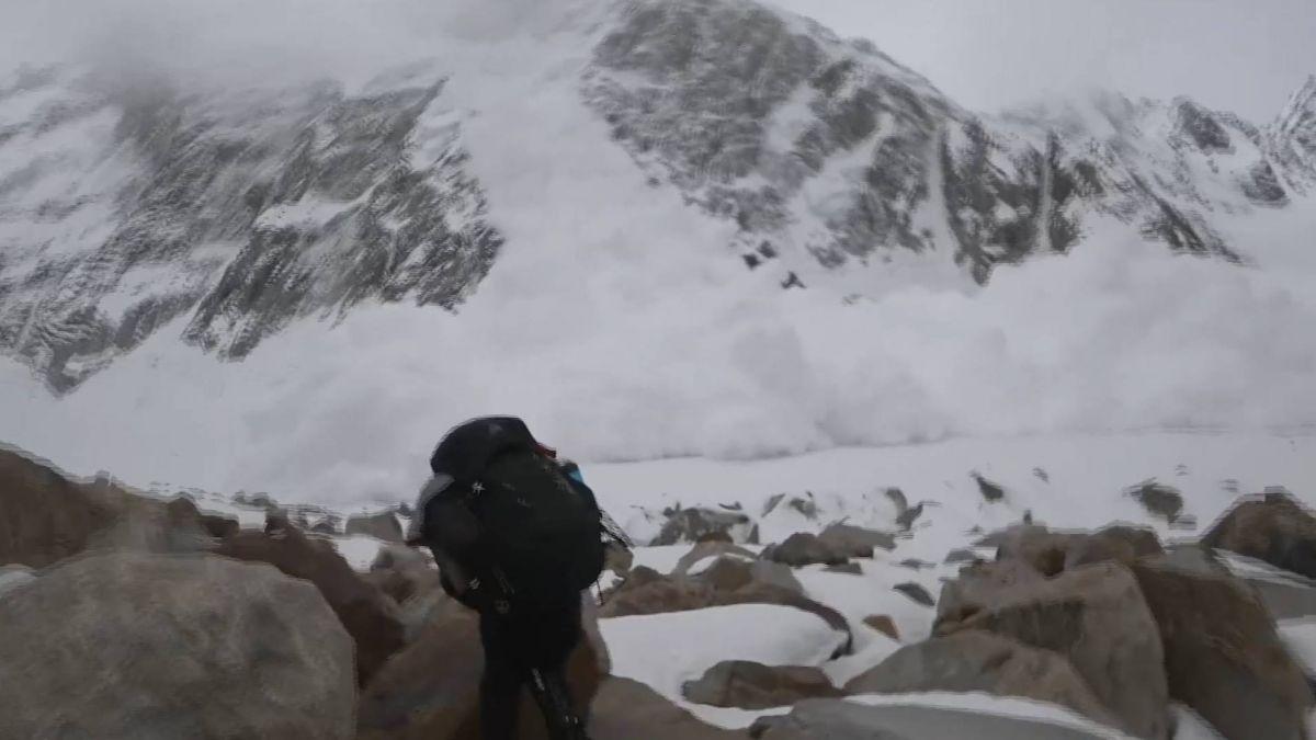登6000公尺高峰突遇雪崩 登山客躲石縫幸運存活