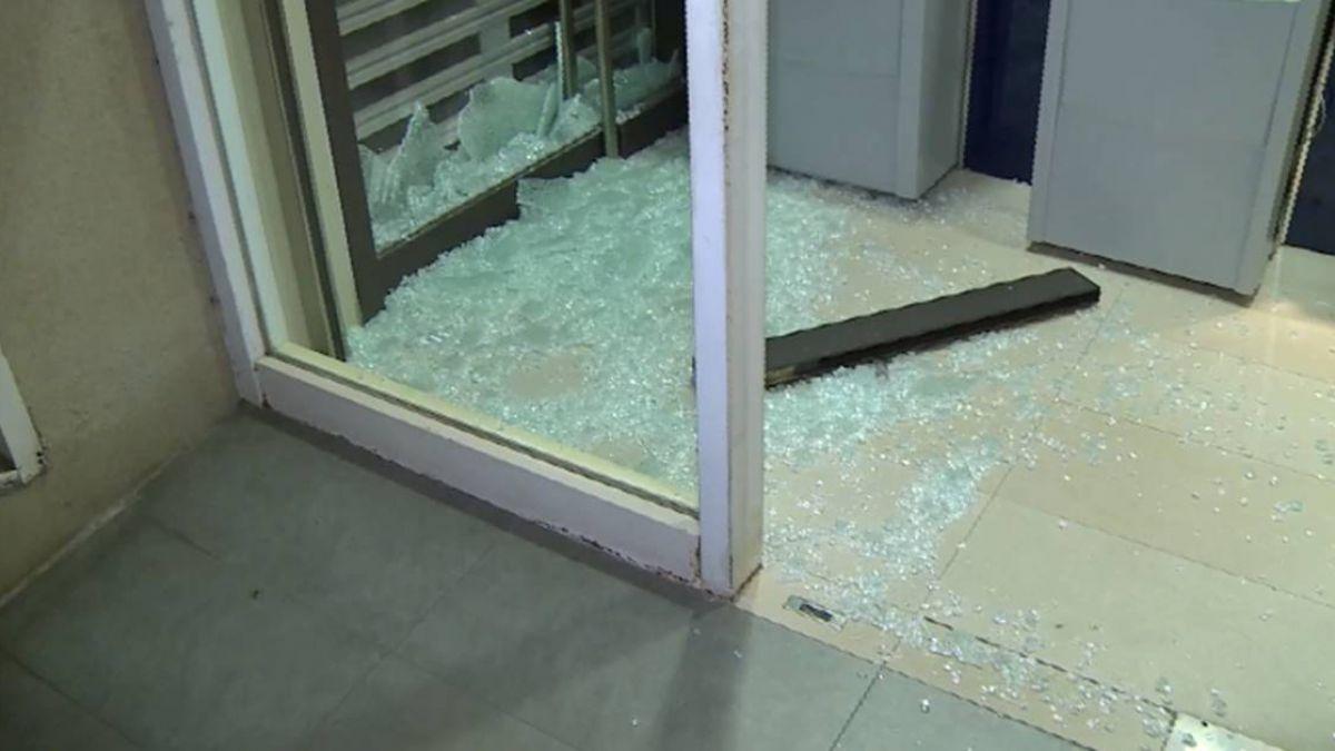 懷疑存款被侵占 男持榔頭怒敲銀行玻璃門