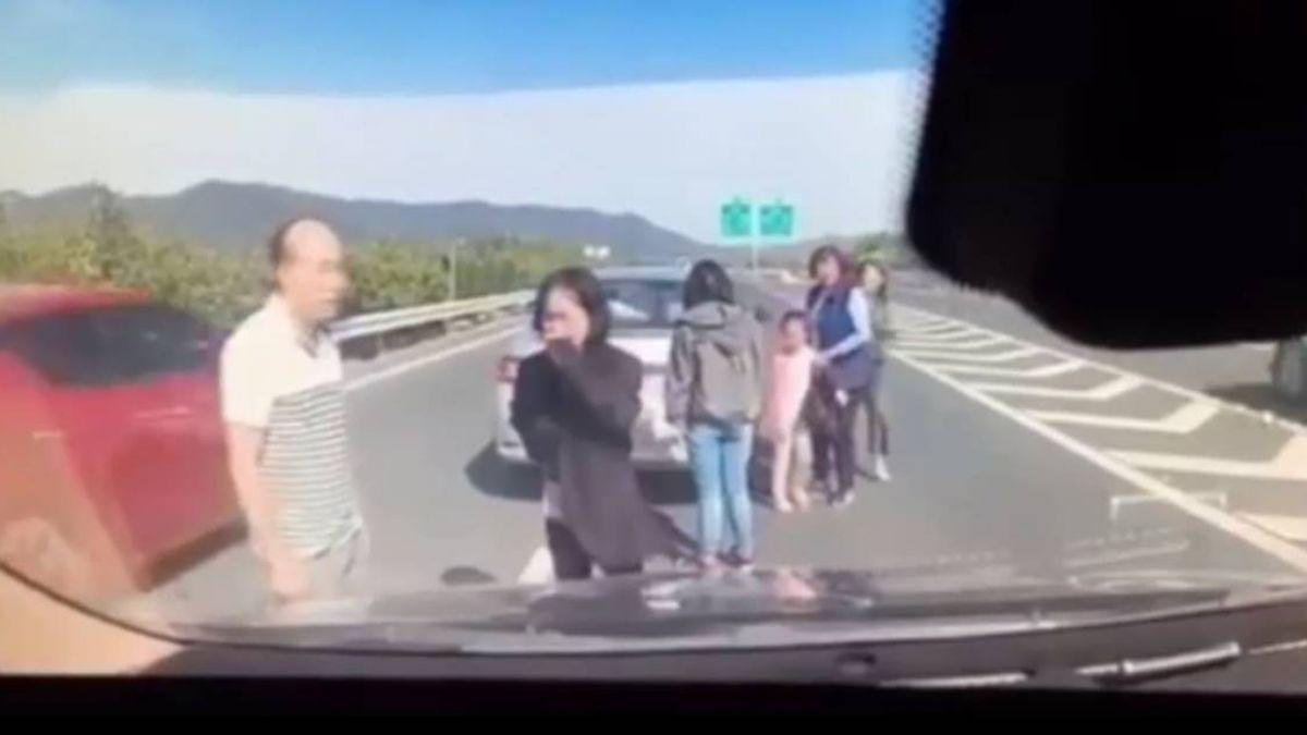 【影】國道慘成夾心!6人站「死神區」慘撞 女哀號拔不出腿