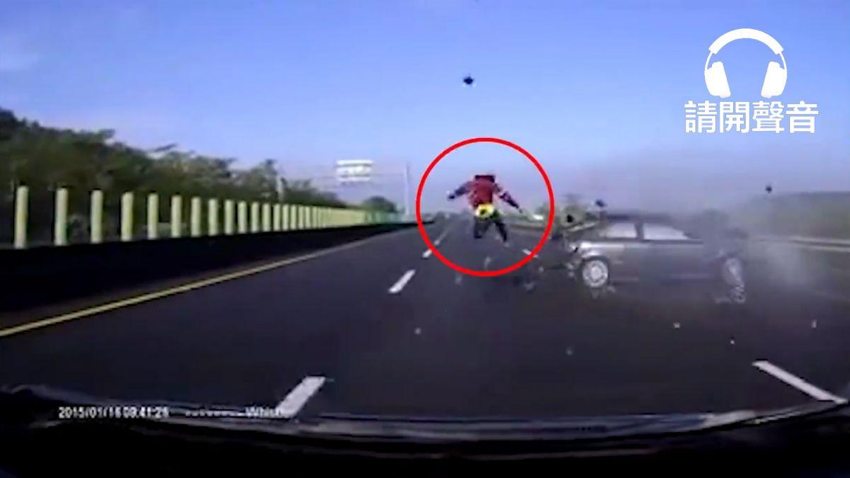 【影片】國道破百時速猛烈追撞 車體破碎人甩飛3車