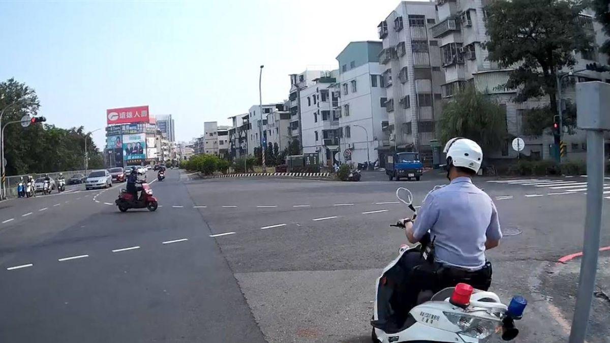 【影】騎士闖紅燈狂飆!警車鳴笛緊追 網讚:最療癒5秒