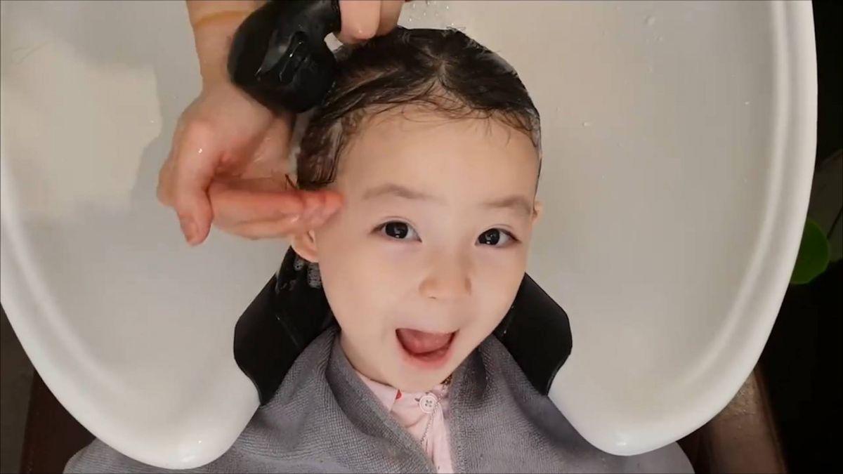 【影片】3歲萌娃洗頭狂放電 網暴動:這可愛到不科學啊!