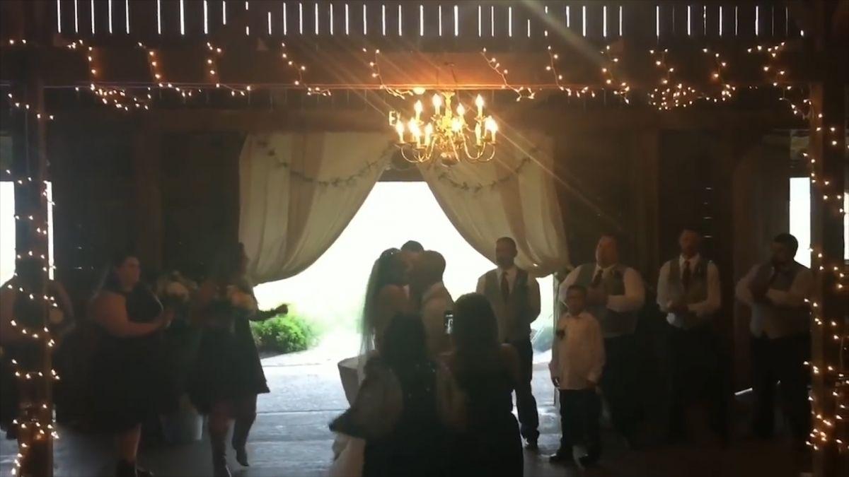 【影片】閃一邊!拍照遭擋鏡 婚攝一個Move撞飛「新娘媽」
