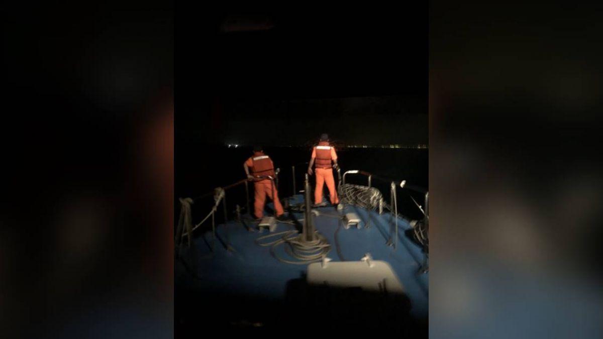 搭橡皮艇海釣遭浪襲翻覆 男子凌晨自行上岸