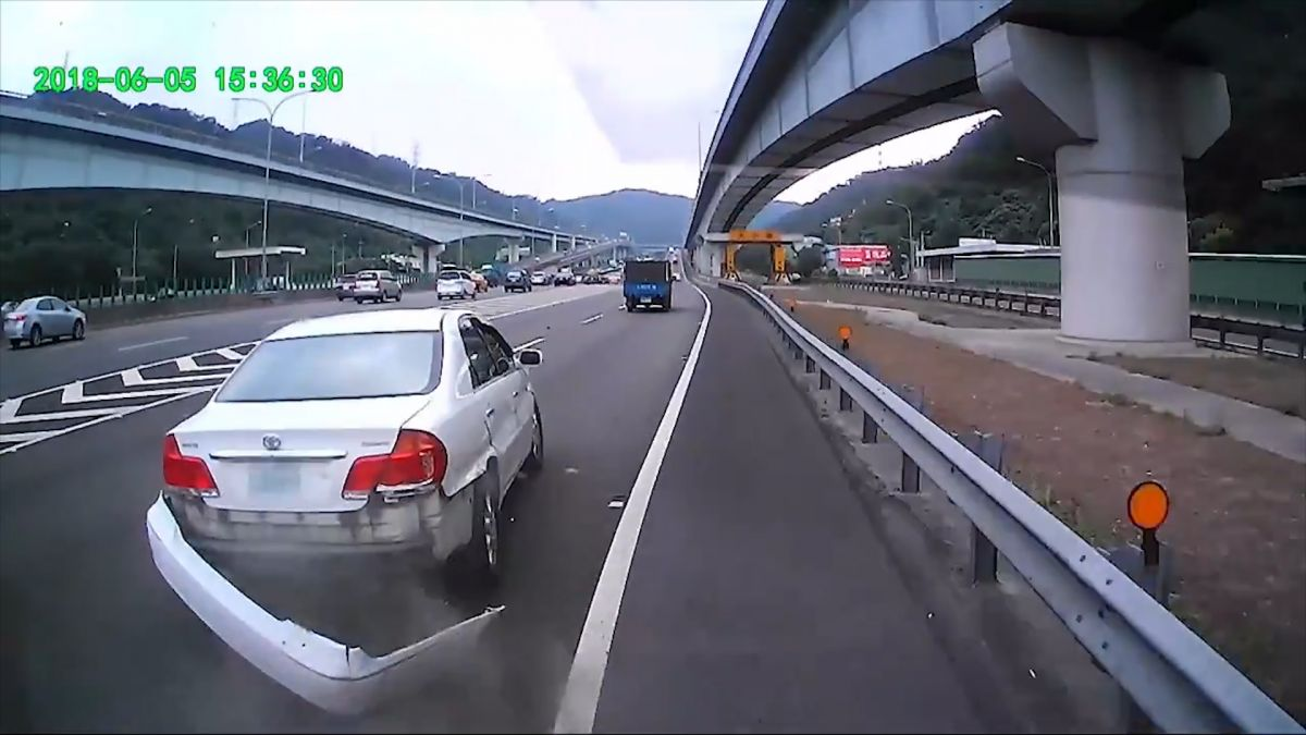 【影片】國道三寶直跨槽化線 KO兩台車 網怒:最怕遇到這種白目