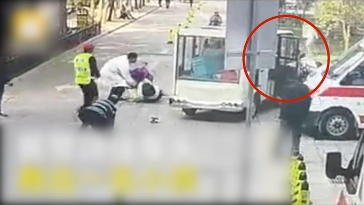 【影片】電動車失控衝下坡撞翻兒童推車 直擊大叔肉身救人 真實身分曝光