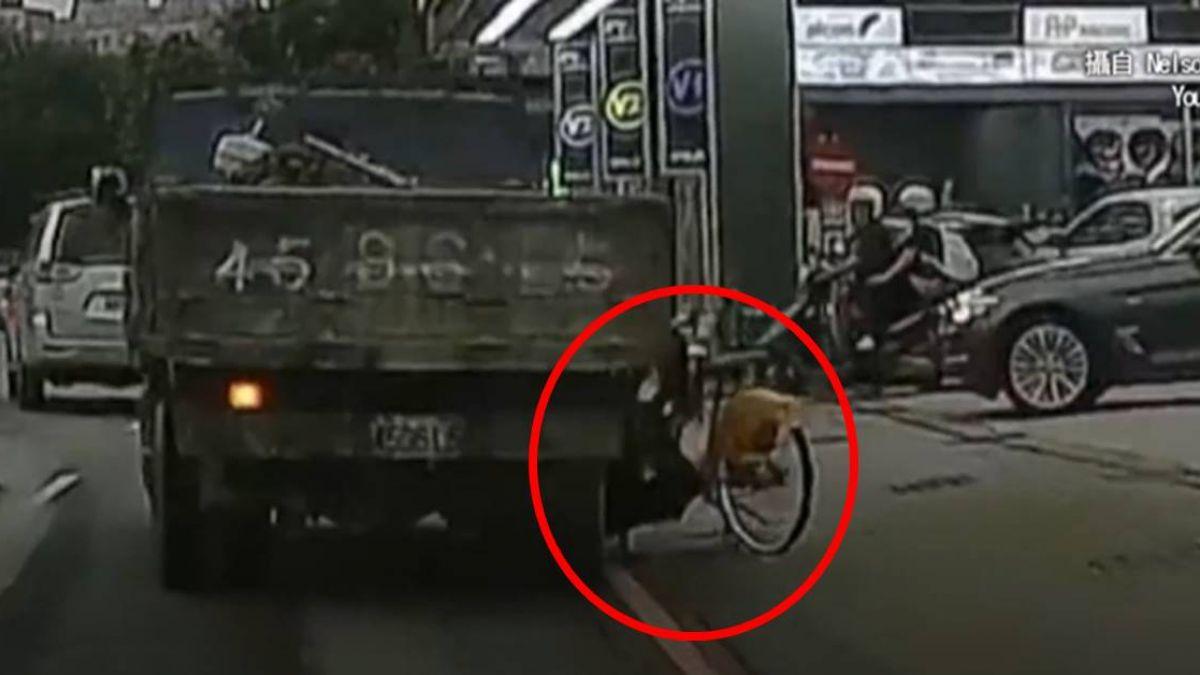 【影片】土城女學生騎YouBike摔進貨車下 左腳遭輾路人嚇白臉