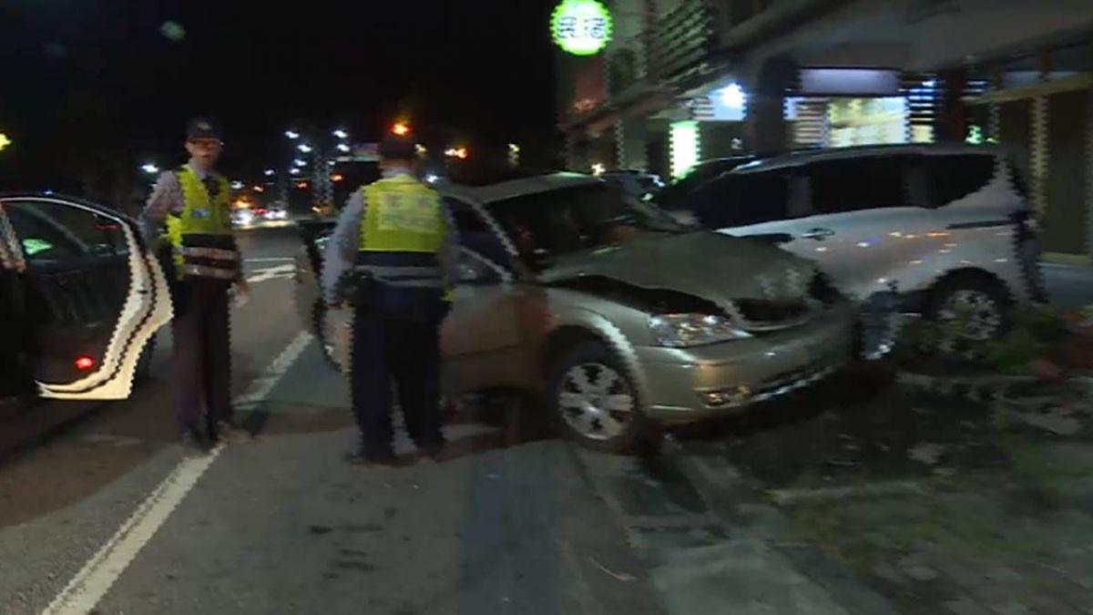 【影片】妻代醉夫開車 酒駕撞3車!早餐店招牌也遭撞