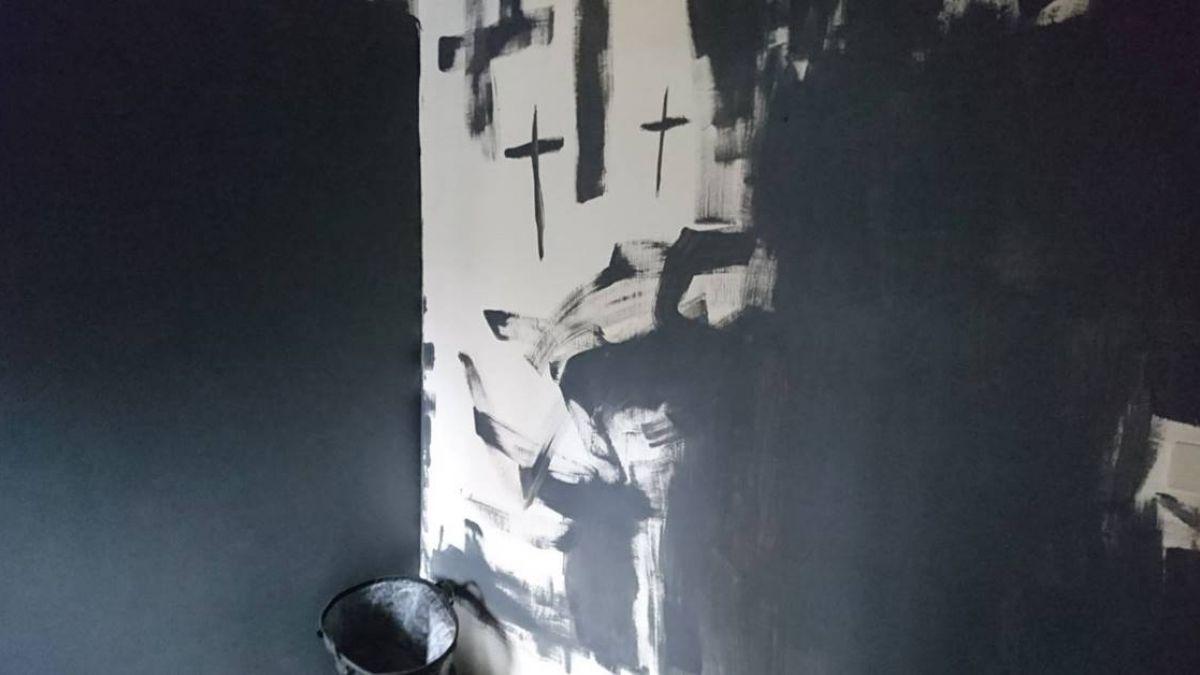 她遇「上帝的公主」 不付房租想住4年!白牆畫滿黑色十字架