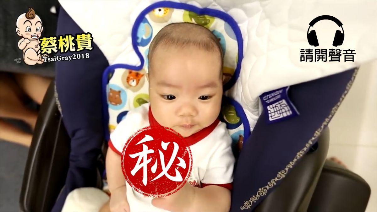 【影片】假哭沒人理!蔡桃貴竟偷比中指 網笑翻「有其父必有其子」